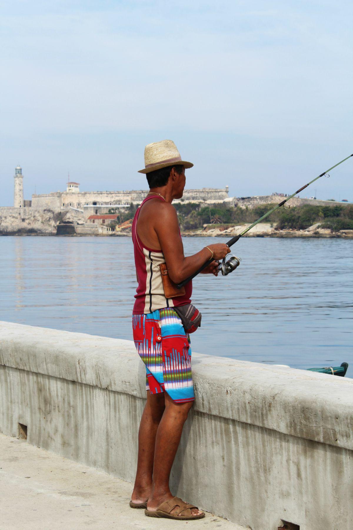 Hlavné mesto Kuby - Havana - rybár Malecón